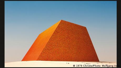 В основата на композицията в Лондон е залегнал много по-мащабен проект: проектираната още през 1977 от Кристо и вече покойната му съпруга Жан-Клод постоянна Мастаба в пустинята край Абу Даби. Когато бъде завършена, това ще бъде единствената постоянна творба на двамата и най-голямата в света скулптура, състояща се от 410 000 разноцветни варела, наподобяваща пъстроцветна ислямска мозайка.
