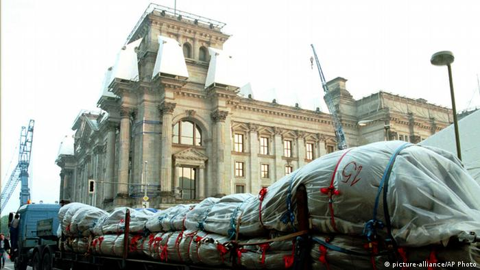 A truck arrives at the Reichtags building in preparation for Christo's wrapping project (picture-alliance/AP Photo)