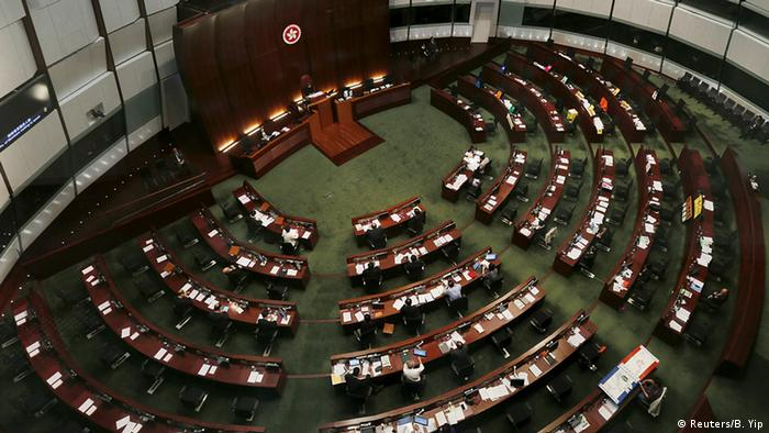 China Hongkong Parlament Abstimmung zu Wahlreform Plenarsaal (Reuters/B. Yip)