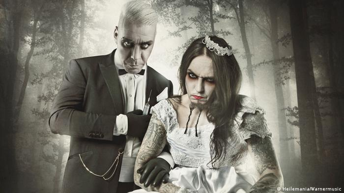 a duo dressed as a bride and groom with a horror film look, Foto: Warnermusic