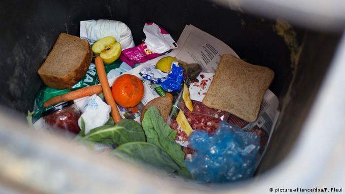 Lebensmittel liegen am 13.03.2012 in einer Mülltonne in Frankfurt (Oder) (Foto: dpa)