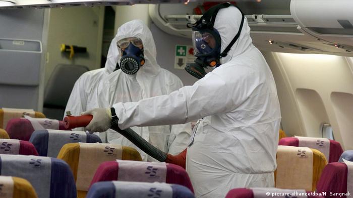 Un avion al companiei Thai Airways este dezinfectat