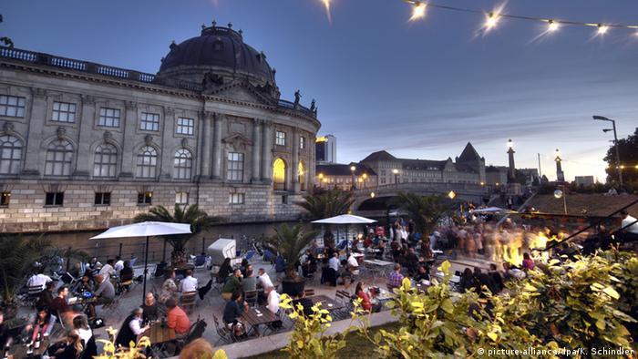 Tangoabend an der Spree vor dem Bodemuseum in Berlin