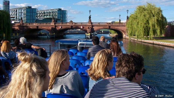 Touristen auf der Spree mit Blick auf die Moltkebrücke in Berlin