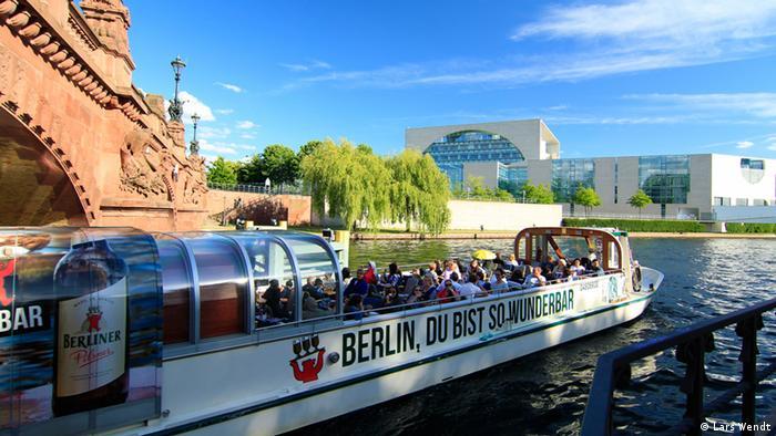Blick von der Spree auf das Bundeskanzleramt in Berlin