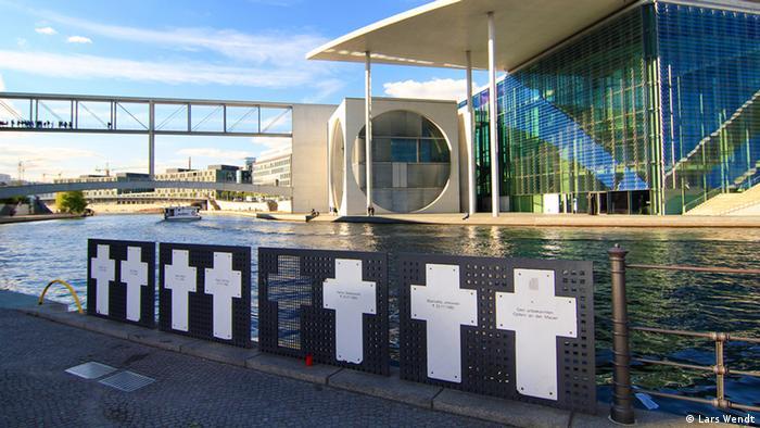 Spreebogen in Berlin mit Kreuzen für die Mauertoten