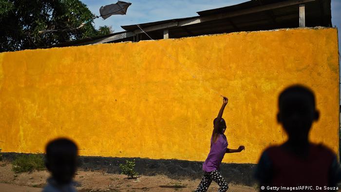 Kinder in einem afrikanischen Land stehen abseits beim Spiel, man sieht nur ihre Schatten (Foto: CARL DE SOUZA/AFP/Getty Images)