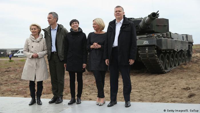 Міністерка оборони ФРН (л), генсек НАТО, глави міноборони Норвегії та Нідерландів, а також міністр оборони Польщі (п) під час маневрів у Жагані