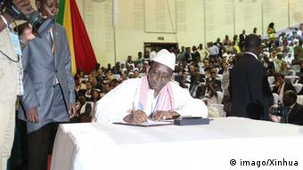 A representative of an armed group signs the peace accord in Bamako. Photo: Diop PUBLICATIONxNOTxINxCHN