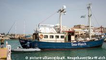 Sea-Watch im Hafen von Lampedusa AUCH SOCIAL MEDIA (picture-alliance/dpa/R. Neugebauer/Sea-Watch)
