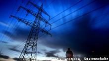 Auf einem Feldweg bei Werl (Kreis Soest) steht am Montagabend (03.03.2008) ein Mann vor einem Hochspannungsmast. Der Himmel ist auch knapp eine Stunde nach Sonnenuntergang noch verfärbt.Die Langzeitbelichtung lässt die ziehenden Wolken verwischt erscheinen. Foto: Julian Stratenschulte dpa/lnw +++(c) dpa - Report+++
