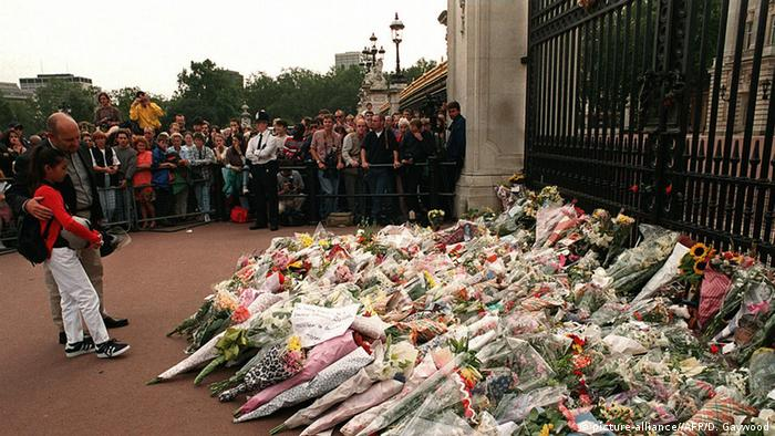 London Buckingham Palace Trauer nach Tod Lady Diana 1997 (picture-alliance//AFP/D. Gaywood)