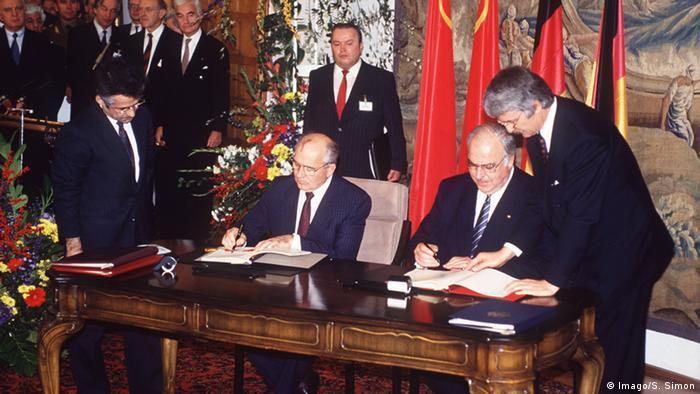 Mikhail Gorbachev e Helmut Kohl durante assinatura do Acordo Dois Mais Quatro