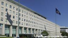 Bildunterschrift:WASHINGTON, UNITED STATES: (FILES) This 08 October, 2001 file photo shows the front of the US State Department in Washington, DC. The United States 01 August, 2004 raised its terrorist alert because of 'alarming' indications that al-Qaeda may attack symbols of international finance such as the IMF and World Bank headquarters in Washington and the New York Stock Exchange. The IMF and World Bank's respective headquarters are located in central Washington, just blocks from the White House and close to other US government buildings including the Federal Reserve and the State Department. AFP PHOTO/Mike THEILER (Photo credit should read MIKE THEILER/AFP/Getty Images)