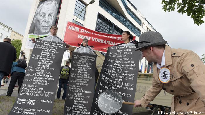 Gegner der Vorratsdatenspeicherung demonstrieren am 20. Juni 21015 vor der SPD-Zentrale (Foto: dpa)