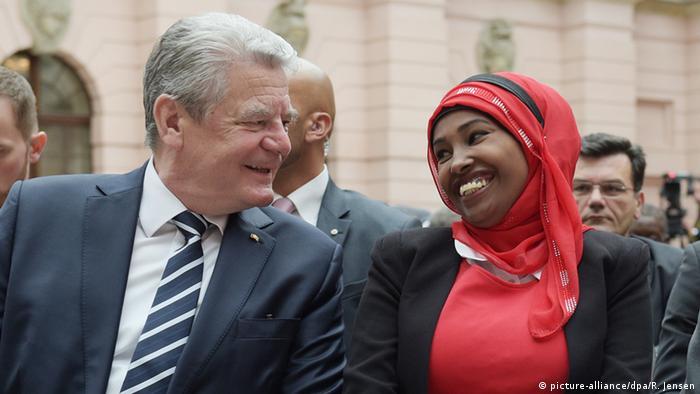 Gedenktag für die Opfer von Flucht und Vertreibung: Bundespräsident Joachim Gauck und die aus Somalia stammende Asma Abubaker Ali (Foto: picture-alliance/dpa/R. Jensen)
