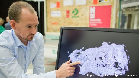 Michael Böhnel zeigt eine Computertomographie eines T-rex-Schädels