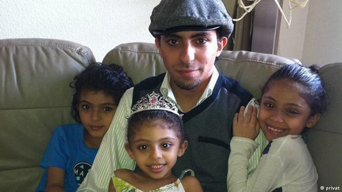 Raif Badawi y sus hijos.