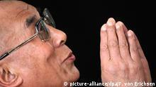 ARCHIV - Das geistliche Oberhaupt der Tibeter, der Dalai Lama, spricht am 22.08.2011 in einem Hörsaal der Goethe-Universität in Frankfurt am Main. Foto: Fredrik von Erichsen/dpa (zu dpa Ein großer spiritueller Führer unserer Zeit: Der Dalai Lama wird 80 vom 19.06.2015) +++(c) dpa - Bildfunk+++