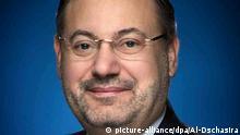 HANDOUT - Undatiertes Foto des Journalisten Ahmed Mansur, das der TV-Sender Al-Dschasira zur Verfügung gestellt hat. Der Journalist war am Samstag auf dem Flughafen Berlin-Tegel festgenommen worden, als er nach Doha in Katar fliegen wollte. Laut Bundespolizei lag ein internationaler Haftbefehl gegen ihn vor, der vom Bundeskriminalamt ins System eingestellt worden sei. Mansur gehört zu den bekanntesten TV-Journalisten der arabischen Welt. Ein Strafgericht in Kairo hatte ihn 2014 in Abwesenheit zu 15 Jahren Haft verurteilt, weil er im Frühjahr 2011 an der Folter eines Anwalts in Kairo beteiligt gewesen sein soll. Foto: Al-Dschasira/dpa (ACHTUNG: Nur zur redaktionellen Verwendung im Zusammenhang mit der aktuellen Berichterstattung und nur bei Nennung: Foto: Al-Dschasira/dpa; bestmögliche Qualität)