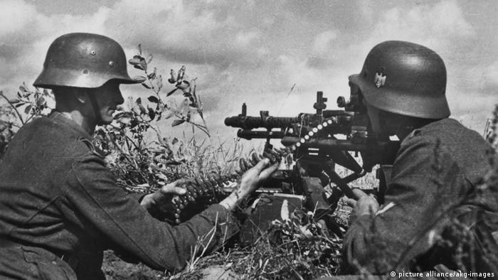 two Wehrmacht soldiers with machine gun