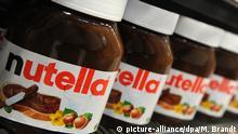ILLUSTRATION - Nutella-Gläser stehen am Donnerstag (17.11.2011) in einem Regal in einem Supermarkt in Hamburg. Auf der Schoko-Creme Nutella kleben Etiketten mit irreführenden Angaben zu Vitaminen und Nährwerten. Das Oberlandesgericht Frankfurt trug dem Hersteller Ferrero deshalb am Donnerstag in zweiter Instanz auf, die Angaben zu ändern. Foto: Marcus Brandt dpa/lno