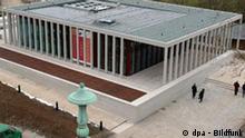 Das Literaturmuseum der Moderne in Marbach wird am Montag (09.01.2006) an die Deutsche Schillergesellschaft übergeben. In der Konstruktion des Architekten Chipperfield aus Beton und tropischem Holz werden auf rund 1000 Quadratmetern Ausstellungsfläche in sechs Räumen vom 6. Juni an die reichen Bestände des Deutschen Literaturarchivs zur Literatur des 20. und 21. Jahrhunderts gezeigt. Foto: Norbert Försterling dpa/lsw +++(c) dpa - Bildfunk+++