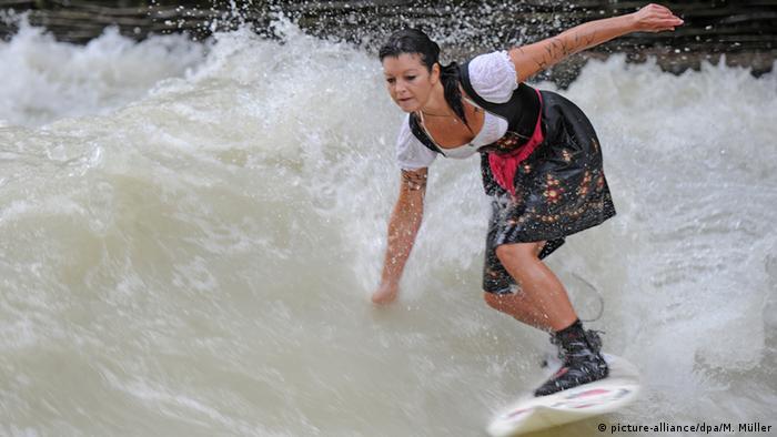 Участница показательных выступлений среди любителей серфинга в Английском саду Мюнхена