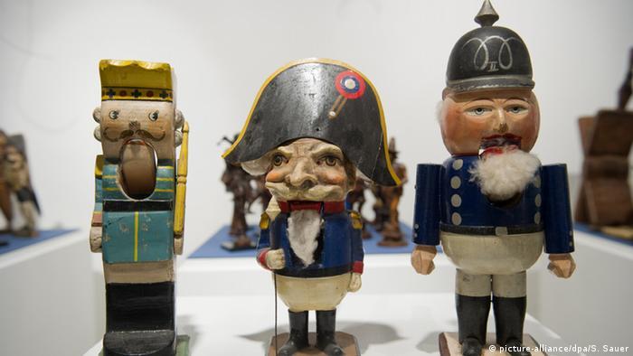 Щелкунчик в образе Наполеона и другие антикварные щелкунчики
