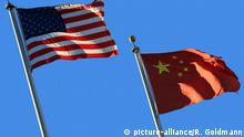Symbolfoto Fahnen USA und China