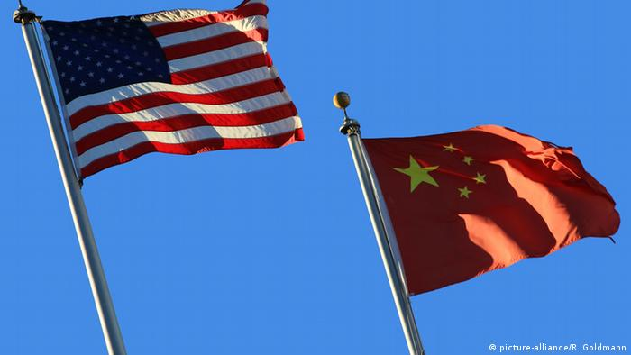Symbolfoto Fahnen USA und China (picture-alliance/R. Goldmann)
