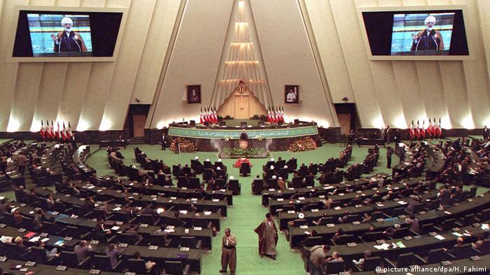 Parlamento iraniano decide aprovar acordo nuclear com potências