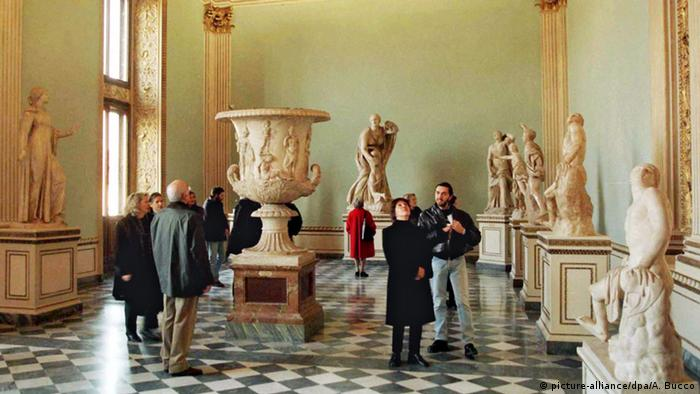 Longer opening times celebrated at the Uffizi in Florence, Italy