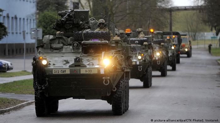 Auch solche gepanzerten US-Fahrzeuge werden in osteuropäische NATO-Staaten verlegt (Foto: CTK)