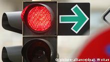 Ein grüner Pfeil erlaubt am 19.09.2014 das Abbiegen trotz roter Ampel an einer Kreuzung in Leipzig (Sachsen). Die DDR ist vor 25 Jahren untergegangen - aber spurlos verschwunden ist sie nicht. Ob in Supermarktregalen, an Straßenkreuzungen oder in der Alltagssprache - ein wenig DDR findet sich auch in der Bundesrepublik noch. Foto: Jan Woitas/dpa (zu dpa: Themenpaket zum 9. November - Serie 25 Jahre Mauerfall: «Was von der DDR übrigblieb von A bis Z» vom 05.11.2014) +++(c) dpa - Bildfunk+++