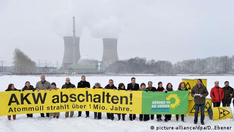 Greens protest Grafenrheinfeld nuclear power plant's extended service life, 2010 (picture-alliance/dpa/D. Ebener)