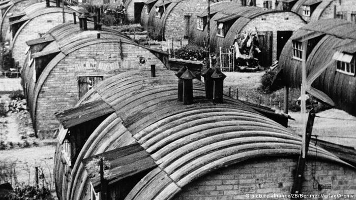 Flüchtlingslager aus Nissenhütten in Ehndorf in der Nähe von Neumünster in der britischen Besatzungszone 1948/1949. Die aus der britischen Armee stammenden Wellblechhütten in Fertigteilbauweise dienten nach dem Ende des Zweiten Weltkrieges unter anderem zur Unterbringung von Flüchtlingen aus den ehemaligen Ostgebieten (Foto: Berliner Verlag)
