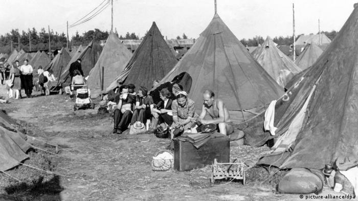 Zelte als Notunterkunft im Durchgangslager für Flüchtlinge in Poggenhausen bei Hannover. Das für 4500 Menschen gedachte Lager beherbergt zu dieser Zeit zwischen 7000 und 11.000 Menschen. Foto aufgenommen am 03.07.1946 (Foto: dpa)