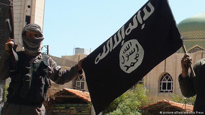 IS-Kämpfer halten die Flagge der Terrororganisation hoch (Foto: ABACAPRESS.COM)