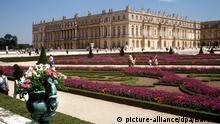 Blick über einen Teil des Schloßgartens auf Schloß Versailles. (Aufnahme von 1990). Der Park von Versailles ist das vollendete Beispiel für die französische Gartenbaukunst des 17. Jahrhunderts. Sein Architekt Andre le Notre (1613-1700) schuf den Park in der Zeit von 1661-1668.