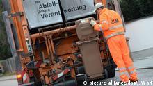 ARCHIV - Ein Mitarbeiter des Abfallwirtschaftsbetriebs München (AWM) entleert am 29.10.2014 in München (Bayern) eine Tonne mit Biomüll in ein Müllauto. Foto: Andreas Gebert/dpa (zu dpa Die Deutschen machen mehr Müll als die EU-Bürger im Durchschnitt vom 23.06.2015) +++(c) dpa - Bildfunk+++