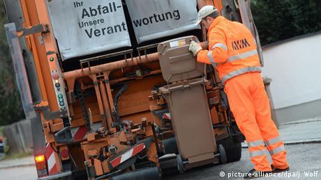 Müllauto mit brauner Tonne (Foto: picture-alliance/dpa/J. Wolf)