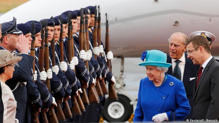 A rainha Elizabeth 2ª e o príncipe Philip no aeroporto Tegel, em Berlim, em 2015.
