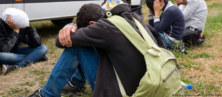 Imigrantes ilegais são detidos por policiais húngaros na fronteira com a Sérvia
