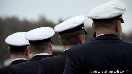 Four German marines seen from behind (picture-alliance/dpa/M. Tirl)