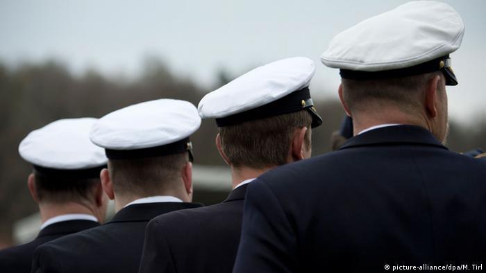 Quépis de militares vistos de costa