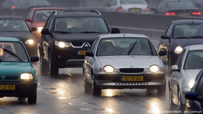 Samochody na autostradzie w Holandii