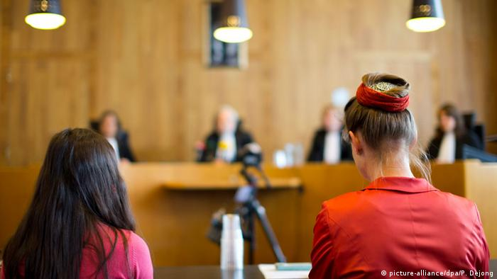 Urgenda Foundation director Marjan Minnesma, right, and 11-year-old fellow plaintiff Anica van Staa, left, wait for the judges, rear, to deliver their verdict in The Hague, Netherlands, Wednesday, June 24, 2015 (picture-alliance/dpa/P. Dejong)