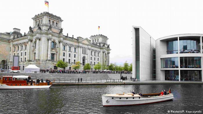 Deutschland Queen in Berlin bei Gauck Bootsfahrt