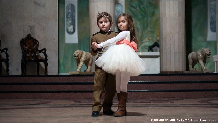 Film still the President, a girl and a boy in a formal dancing pose (FILMFEST MÜNCHEN/20 Steps Production)
